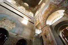 Ruinas viejas de la iglesia obsoleta al aire libre Fotografía de archivo libre de regalías