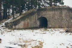 Ruinas viejas del fuerte de la guerra en el efecto del vintage de la playa Foto de archivo