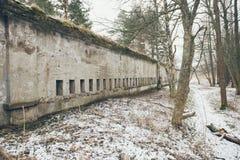 Ruinas viejas del fuerte de la guerra en el efecto del vintage de la playa Imagen de archivo