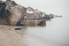 Ruinas viejas del fuerte de la guerra en el efecto del vintage de la playa Imagenes de archivo