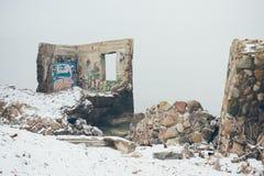 Ruinas viejas del fuerte de la guerra en el efecto del vintage de la playa Fotografía de archivo libre de regalías