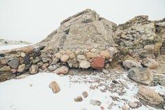 Ruinas viejas del fuerte de la guerra en el efecto del vintage de la playa Fotos de archivo