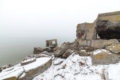 Ruinas viejas del fuerte de la guerra en la playa Imagen de archivo