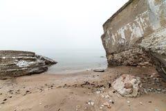 Ruinas viejas del fuerte de la guerra en la playa Imágenes de archivo libres de regalías