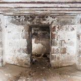 Ruinas viejas del fuerte de la guerra en la playa Fotografía de archivo libre de regalías