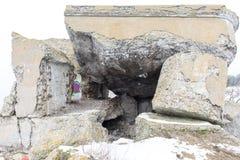 Ruinas viejas del fuerte de la guerra en la playa Fotos de archivo libres de regalías