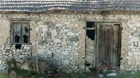 Ruinas viejas del granero Ruinas del edificio agrícola abandonado Casa de piedra en decaimiento Arquitectura y estructura Fotos de archivo libres de regalías