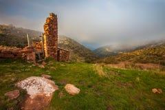 Ruinas viejas y macizo de Montseny fotos de archivo