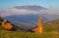 Ruinas viejas y macizo de Montseny fotos de archivo libres de regalías