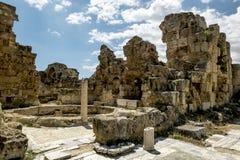 Ruinas y columnas antiguas en la ciudad antigua de salamis en Fama Fotos de archivo libres de regalías