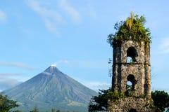 Ruinas y Mayon Vocalno de Cagsawa en Legazpi, Filipinas Foto de archivo