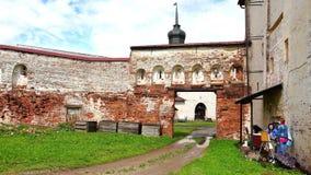 Ruinas y restos de la fortaleza histórica del ladrillo del kroasnogo y de los picos de madera de los monasterios que se elevan en almacen de metraje de vídeo