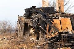 Ruinas y restos del quemado abajo de casa Imagen de archivo libre de regalías