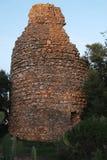 Ruine antique de tour tombant en morceaux Photo libre de droits