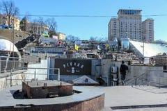 Ruine, Barrikaden von Reifen und anderer Abfall auf dem Unabh?ngigkeits-Quadrat Maidan Nezalezhnosti w?hrend der Zeiten von Eurom stockfotografie
