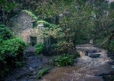 Ruine d'un moulin en Rocky Valley photos libres de droits