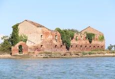 Ruine d'une maison détruite de brique sur le bord de la mer Photographie stock