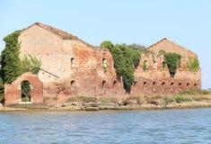 Ruine d'une vieille maison détruite de brique dans la lagune Images libres de droits