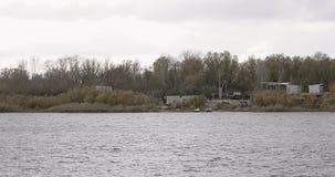 Ruine de bord de mer De vieux bâtiments abandonnés est situés sur la rive banque de vidéos