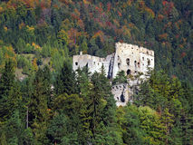 Ruine de château de Likava cachée dans la forêt Image stock