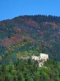 Ruine de château de Likava cachée dans la forêt profonde Images stock