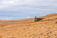 Ruine de grange sur la pente de montagne Images stock