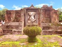 ruine de statue de Bouddha derrière la ruine Photographie stock