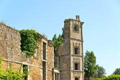 Ruine de vieille maison avec le ciel bleu brittany Image libre de droits