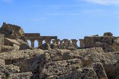 Ruine des colonnes grecques de temple - Sicile, Italie Photographie stock libre de droits