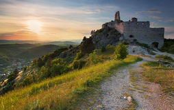 Ruine des Schlosses mit Sonne Stockfotografie