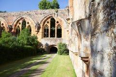Ruine einer alten Abtei Stockfotos