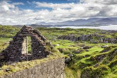 Ruine irlandaise de ferme sur la baie de Kenmare Image libre de droits