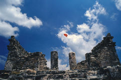 Ruine maya et parachute Photographie stock libre de droits