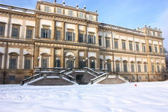 Ruine néoclassique en hiver Image libre de droits