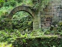Ruine nahe geheimem Wasserfall in Lumsdale-Tal Stockbilder