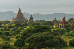 Ruine und alte Pagoden in Bagan bei Sonnenuntergang, Mandalay, Myanmar Stockfotos