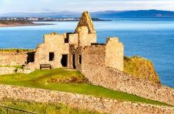 Ruine von Dunluce Schloss und Portrush in Nordirland Stockfotografie