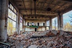 Ruined放弃了工业大厅内部  免版税库存图片