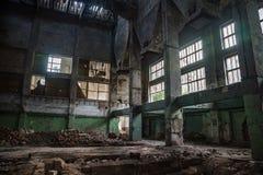 Ruined放弃了工业大厅内部  库存照片