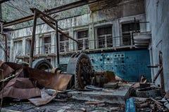 Ruined放弃了水电站 在机械的生锈的发电器 被拆毁的屋顶 加格拉,阿布哈兹 免版税库存照片