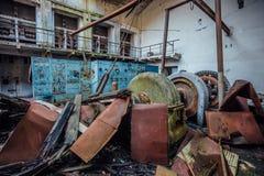 Ruined放弃了水电站 在机械的生锈的发电器 被拆毁的屋顶 加格拉,阿布哈兹 库存照片