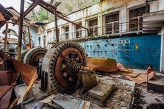Ruined放弃了电子分站 在机械的生锈的发电器 被拆毁的屋顶 库存图片