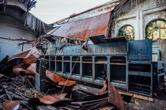 Ruined放弃了电子分站 在机械的生锈的发电器 被拆毁的屋顶 免版税库存图片