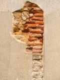Ruined выдержало каменная работа белизны и кирпича стены церков Стоковая Фотография RF