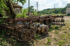 Ruined abandonó el complejo de la agricultura durante verano en el pueblo olvidado perdido imagenes de archivo