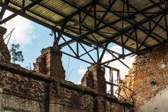 Ruined abandonó el interior constructivo del almacén Fotos de archivo