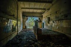 Ruined abandonó el interior del edificio industrial con las tejas en la pared Imagen de archivo