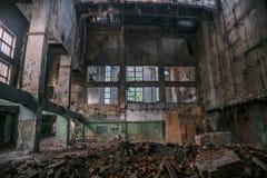 Ruined abandonó el interior del pasillo industrial Fotos de archivo