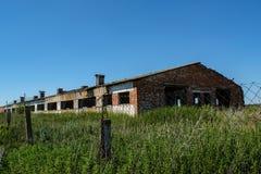 Ruined abandonó el viejo complejo de la granja de ganado durante verano en el pueblo olvidado perdido imagenes de archivo
