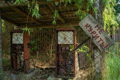 Ruined abandonó la vieja gasolinera durante verano en el pueblo olvidado perdido imagen de archivo libre de regalías